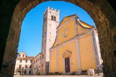Crkva Sv. Stjepana iz 17. stoljeća na glavnom motovunskom trgu, fotografija je autorsko djelo Davida Matkovića